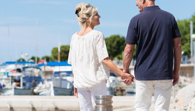 glückliches paar spaziert am hafen entlang